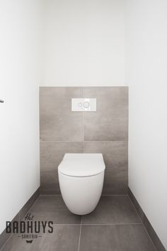Moderne badkamer met maatwerk kasten | Het Badhuys Toilet, Bathroom, Bathrooms, Bath, Flush Toilet, Toilets, Powder Room, Full Bath, Toilet Room