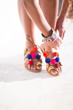 Shooting printemps-été Maniet Luxus. http://shop.maniet.be Pompons, multicolor, Alexandra, Sandales, escarpins, tongs, espadrilles, peep-toes, sandales compensées, sneakers, baskets, sleep-on, loafers, ballerines, nu-pieds, sabots, boots, bottes, bottines,  mules, mocassins, molières, derbies, stilettos, slingbacks, chaussures, chaussures d'été, printemps, été, soleil, plage, vacances, short, t-shirt, robe, jupe, combi, jeans, sac, sac de plage, tendance, mode.