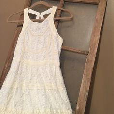 Lace American Eagle dress Has been worn once. Has zipper in the back and two clasps. It is a nude off white color ( it is kind of had to tell that in the pictures. Size 2. Feel free to ask any questions.⭐️ American Eagle Outfitters Dresses