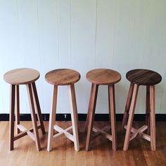 ハイスツール、いろんな木のバージョン作りました。座面と脚で違う木のパターンもあります。オール杉バージョンが軽くて個人的に好きです。使った木は、#杉 #ブラックチェリー #ホワイトオーク #ビーチ の4種類です。 #woodwork #woodworking #地球木工 #stool