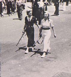 Dos milicianas paseando en plaza Cataluña, julio de 1936