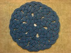 How To Make a Rope Rug :: SuperTopo Rock Climbing Discussion To…Handwoven Rug Made from (-YOUR-) Recycled Climbing Rope aproximately 27 inch diameter., To Ladder: 10 Uses For Old Climbing Rope Deco Marine, Rope Rug, Sisal Rope, Decorative Knots, Climbing Rope, Mountain Climbing, Rope Crafts, Textiles, Manta Crochet