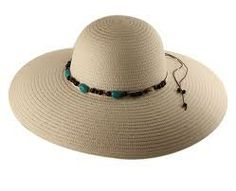 Sombrero de playa super protector. Es la mejor barrera y además favorece un montón. Mejor de ala ancha que una gorra, y preferiblemente tupido que calado.