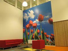 Lounge-zit in centrale hal Dynamica Onderwijs in Koog aan de Zaan.  Tulpen als bomen.