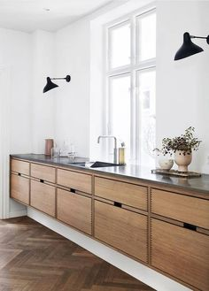 Dark, light, oak, maple, cherry cabinetry and painting wood kitchen cabinets gray. CHECK THE IMAGE for Many Wood Kitchen Cabinets. All White Kitchen, New Kitchen, Kitchen Layout, Awesome Kitchen, Danish Kitchen, Kitchen Paint, Beautiful Kitchen, Floors Kitchen, Long Kitchen