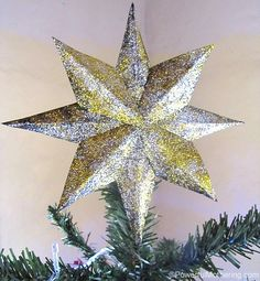 Make this shiny glittered star tree topper for your Christmas tree, totally DIY!