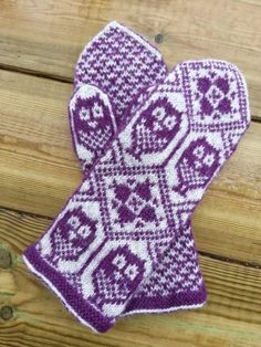Mitten pattern is only available via email directly from the designer. Fingerless Mittens, Knit Mittens, Knitted Gloves, Knitting Socks, Hand Knitting, Knitting Stitches, Knitting Patterns, Crochet Mittens Pattern, Knitted Owl