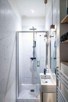 Des meubles minimalistes dans la petite salle de bains