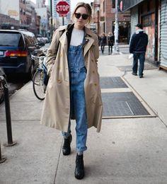 street-style-jardineira-jeans-e-trech-coat