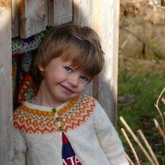 Gilipeysa est un adorable pull lopi pour les tout petits. Tricoté avec la fine et très douce laine d'agneau islandais Gilitrutt, il a toutes les qualités et les éléments d'une lopapeysa islandaise traditionnelle, en plus d'une grande douceur ! Un joli modèle d'Hélène Magnússon de la taille 3 mois à la taille 4 ans. Laine utilisée: Gilitrutt Tvíband de Hélène Magnússon KIT de laine disponible ici  Patron PDF à télécharger