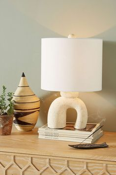 When looking for a lamp for your house, the options are almost limitless. Get the most suitable living room lamp, bed room lamp, table lamp or any other style for your particular area. Cheap Home Decor, Diy Home Decor, Decor Scandinavian, Hurricane Lamps, Ceramic Table Lamps, Ceramic Furniture, Brown Furniture, Bedroom Lamps, Traditional Decor