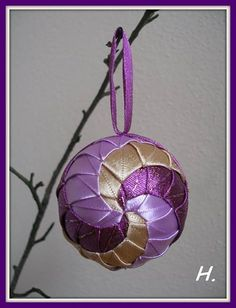 Zdjęcie: první rotační :) Xmas Baubles, Quilted Christmas Ornaments, 3d Christmas, Handmade Christmas, Folded Fabric Ornaments, Beaded Ornaments, Christmas Craft Projects, Christmas Decorations, Homemade Ornaments