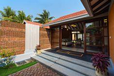 Indian Home Design, Indian Home Interior, Kerala House Design, Kerala Traditional House, Traditional Ideas, Rammed Earth Wall, Kerala Houses, Courtyard House, Farm House