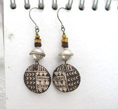 Des boucles d'oreille de style ethnique avec perle heishi