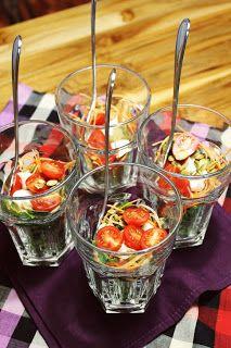 salada em copos. Uma maneira charmosa de servir