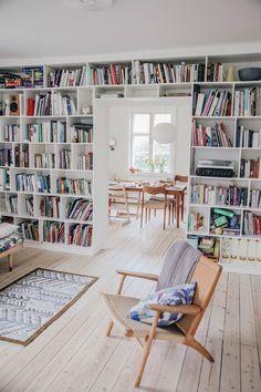 Skandinavische Bücherregale - The White Room: Miriam & Mortens Amager House www. Scandinavian Interior Design, Scandinavian Living, Contemporary Interior, Scandinavian Bookshelves, Home Design, Home Interior Design, Design Design, Design Interiors, Design Ideas