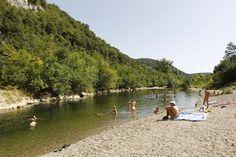 In een dal van de Cevennen dichtbij de Camargue, de Provence en de Ardèche ligt Domaine la Genèse. Een zeldzaam mooie plek, midden in de ongerepte natuur. De Cèze stroomt kalm langs de camping. Een rivier die u uitnodigt tot kanoën, vissen, zwemmen of gewoon lekker luieren langs het water in de zon...