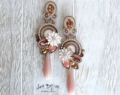 Soutache earrings handmade with high quality square saucers in resin and strass chain. Gold Bridal Earrings, Pink Earrings, Diy Jewelry Videos, Earrings Handmade, Handmade Jewelry, Shibori, Soutache Earrings, Pink Jewelry, Jewelry Patterns