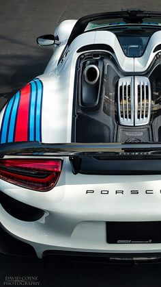 Displaying Martini Porsche 918