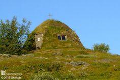 Voici une maison traditionnelle en gazon du peuple Sami dans les régions du Nord de la Scandinaive. Celle-ci est située à Staloluokta en Suède et plus connue sous le nom de Goahti.