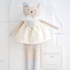 Voici ma petite poupée de lin dessinée, assemblée et brodée à la main par mes soins dans mon atelier situé dans une petite ville de France. Corps…