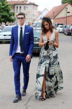 long printed v-neck wedding guest dress / http://www.himisspuff.com/wedding-guest-dress-ideas/6/