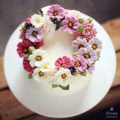 "1,538 Likes, 15 Comments - 올리케이크 Ollicake (@ollicake) on Instagram: "". 코스모스 케이크로 시작하는 올리케이크의 10월, 그리고 가을🌸  #buttercreamflowercake #flowercake #buttercreamflower…"""