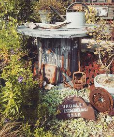 ケーブルドラムを手に入れたらまずはテーブルにリメイクしたい☆ LIMIA (リミア) Bird Feeders, Garden Landscaping, Landscape, Outdoor Decor, Home Decor, Front Yard Landscaping, Scenery, Decoration Home, Room Decor