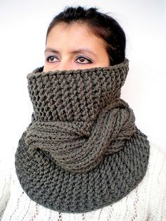 Colli & Colletti - SCALDACOLLO  MAXI TRECCIA CENTRALE UNISEX MILITARE - un prodotto unico di GiuliaKnit su DaWanda Head And Neck, Military Green, Neck Warmer, Cowl Neck, Hand Knitting, Knit Crochet, Unisex, Trending Outfits, Maxi