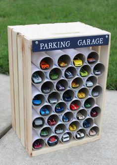 Gebruik een leeg krat en lege toiletrollen en je hebt de ideale 'garage' (lees: opbergplaats) voor je kind zijn auto's. Grote kans dat hij het nog leuk vindt ook!