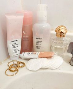 GLOSSIER SKIN CARE ROUTINE Where to buy glossier. Does glossier sell in a store. Do I have to buy glossier online? Is glossier a make-up brand. Can I buy skin care products from glossier. What is Glossier's sunscreen like? Homemade Skin Care, Diy Skin Care, Skin Care Tips, Skin Tips, Beauty Blogs, Beauty Products, Beauty Hacks, Daily Beauty, Makeup Products
