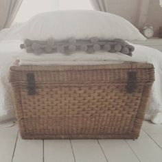 Kussens en plaids; echte sfeermakers #kussens #pillows #basket #bed #bedroom #rietenmand #brocante #old #interior #interieurstyling #interieur #home #koesfabriek