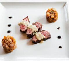 Gebakken eendenborst met gembersausje en torentje van appel en vijg - Recepten - Culinair - KnackWeekend.be