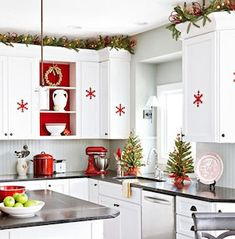 Get inspired by Cozy Christmas Kitchen Décor Ideas. Here is a collection of Top Christmas Decor Ideas For a Cozy Christmas Kitchen. Cozy Christmas, Scandinavian Christmas, Rustic Christmas, White Christmas, Christmas Holidays, Christmas Crafts, Christmas Trees, Scandinavian Style, Simple Christmas
