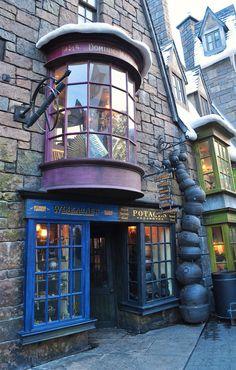 Diagon Alley Shops, The Wizarding World of Harry Potter, Universal Studios Studio Harry Potter, Décoration Harry Potter, Mundo Harry Potter, Harry Potter Universal, Diagon Alley, Harry Potter Wallpaper, Universal Studios, Universal Orlando, Slytherin