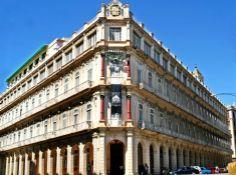 El edificio que acoge el Hotel Plaza fue primero hogar de una acaudalada familia cubana, y posteriormente sirvió de redacción para el influyente periódico el Diario De La Marina, que en las postrimerías del siglo XIX fue atacado por una violenta turba anti española en tiempos de la colonia.