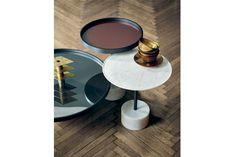 Também de simples nomenclatura, as mesas 9 têm base de mármore e tampo em alumínio, vidro ou mármore. Design Piero Lissoni para a Cassina
