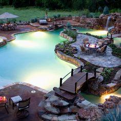 Esta es mi patio interior de mis sueños. Es muy gran y tiene una gran piscina. Encima de la piscina hay un puente que conduce a una pequeña mesa.