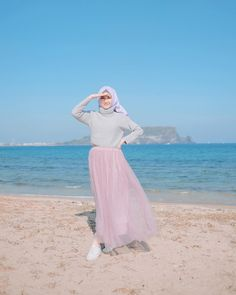 Image may contain: 1 person, ocean, sky and outdoor Hijab Fashion Summer, Modern Hijab Fashion, Hijab Fashion Inspiration, Muslim Fashion, Hijab Style, Casual Hijab Outfit, Ootd Hijab, Girl Hijab, Muslim Women