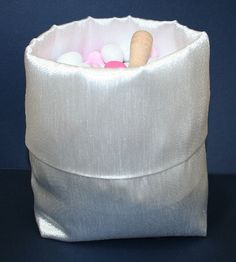 Sacchetto portaconfetti, caramelle in raso bianco. Cm.24x15,5x9. Ideale per confettate, angolo cake. Per tutte le occasioni da festeggiare, non solo per Matrimonio. By C&C Creations Store