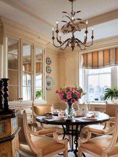 French Classic Dining Room Interior Design with Round Table French Interior Design, Classic Interior, Luxury Interior Design, French Interiors, Minimalist Dining Room, Classic Dining Room, Traditional Living Room Furniture, Luxury Rooms, Dining Room Design