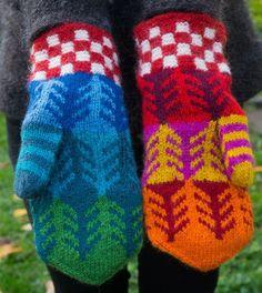 Tillåt mig att presentera tredje paret restgarnsvantar i mitt försök att använda upp alla små och lite större garnnystan. De två tidigare paren var lilla restgarnsrutan som Peter fick i våras och de g Crochet Mittens, Mittens Pattern, Fingerless Mittens, Knitted Gloves, Knitting Socks, Hand Knitting, Knit Crochet, Wrist Warmers, Hand Warmers
