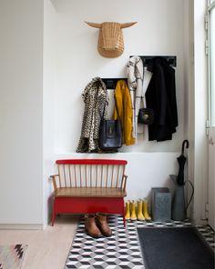 Samantha, Paris 11ème 1/3 - Inside Closet  Haalbaar;) leuk bankje, iets om te zitten als schoenen aan gaan is wel handig!