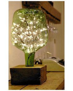 Bom dia! Reuso com garrafa de vidro para luminária! Adoramos  Pinterest:  br.pinterest.com/pinideias www.ideiasdiferentes.com.br  Imagem não autoral 