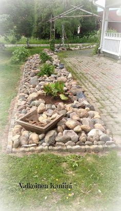 Valkoinen Kaniini: Valmis kivikkopenkki Rock Bed, Balcony, Garden Ideas, Stones, Gardens, Patio, Flowers, Rustic Garden Decor, Rustic Gardens