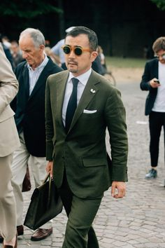 Awesome green suit color on the street at Pitti Uomo. Cool shades too! Mens Fashion Suits, Mens Suits, Men's Fashion, Fashion Styles, Gq, Green Suit Men, Cool Street Fashion, Street Style, Costume Vert
