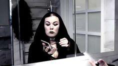 Ensitreffit: Pimeän lapset (valmistautumista) Aina ei ole helppoa olla gootti. Treffeille valmistautuminen tuottaa tuskaa, kun Raven on taas jostain syystä leikannut itselleen etuhiukset. Vampirellaa taas harmittaa, kun äiti on vienyt hänen mustat pitsiverhonsa mökille.