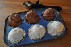 Plaats cupcakevormpjes in het muffinblik en schep er ijs in. Mooi om op te dienen