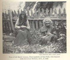 Black and White photograph of two older Maori Women sitting in the front of a fence. Filipino Tribal Tattoos, Hawaiian Tribal Tattoos, Nz History, Maori People, Cross Tattoo For Men, Maori Designs, Borneo Tattoos, Maori Tattoos, Nordic Tattoo