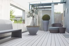 Profil deck wpc relazzo puro culoare ciottolo. Modele de Deck WPC Rehau compozit pentru terse exterioare si piscine, comercializat de catre Top Design Flooring are o durabilitate crescuta, pe de o parte datorita compozitiei avand 60% fibra lemnoasa, 35% polietilena de inalta densitate si 5% aditivi, dar si datorita grosimii straturilor de material compozit, greutatea pe mentrul patrat fiind mai mare.